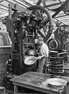 Shaping bell for loudspeakers at the Atwater Kent Radio Factory 1925 [1186 x 1600] Old Tools, Machine Tools, Old Pictures, Old Photos, Vintage Photographs, Vintage Photos, Metal Working, Working Class, Working Man