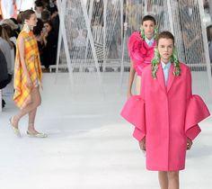 """No comando da @delpozo há cinco anos @josepfontc conquistou fashionistas com suas criações arquitetônicas e sensibilidade rara para combinar cores  nossa editora de moda @viviansotocorno revela detalhes de sua trajetória na matéria """"O Último Romântico"""" publicada na Vogue Brasil deste mês. Quer ver ao vivo o desfile de inverno 2018 do estilista para a grife espanhola? Acesse vogue.com.br e confira o live streaming em primeira mão. #voguenanyfw #delpozo  via VOGUE BRASIL MAGAZINE OFFICIAL…"""