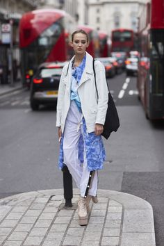 Attendees at London Fashion Week Spring 2018 - Street Fashion Street Style 2018, Spring Street Style, Street Styles, London Fashion, Street Fashion, New York Street, Spring Summer 2018, Fashion Brands, Spring Fashion