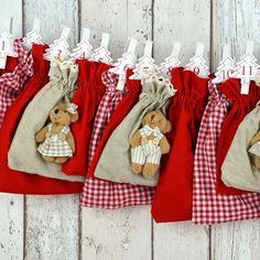 """All-Inclusive Adventskalender """"Bärenbande"""". 6 süße Teddybären umrahmt von Rot, eingebettet in Rot und rotem Bauernkaro."""