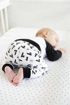 Lucky No.7 pants // Black & White // Handrawn // Organic Cotton // 94% organic cotton 6% elasthane // Size 50-56 62-68 74-80 86-92
