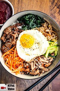 Bibimap Tips This Authentic Bibimbap is Korean comfort food at it's best. Omit the seasoned Korean beef and you've got a great vegetarian dish. Asian Recipes, Healthy Recipes, Ethnic Recipes, Keto Recipes, Healthy Food, Indonesian Recipes, Orange Recipes, Easy Recipes, Korean Dishes
