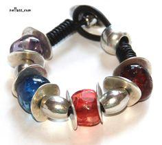 pulsera 2. pulsera realizada con cuentas de resina, zamak baño de plata y cuero