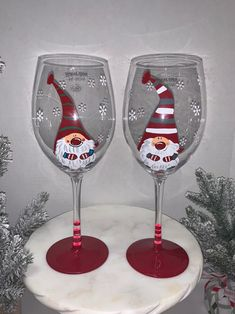 Christmas Wine Glasses, Diy Wine Glasses, Hand Painted Wine Glasses, Painted Wine Bottles, Wine Glass Crafts, Wine Bottle Crafts, Snow Globe Crafts, Easy Diy Christmas Gifts, Christmas Paintings