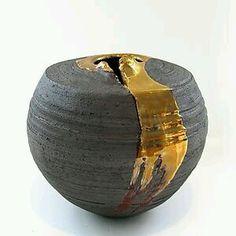 I giapponesi riparano un oggetto rotto e ne valorizzano le crepe unendo i vari cocci con la resina mista a oro, argento e platino. Per i giapponesi queste riparazioni rappresentano la vita con le s…