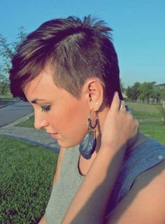 Side Shaved Pixie Haircut with Bangs Short Shaved Hairstyles, Cute Hairstyles For Short Hair, Short Hair Cuts For Women, Girl Short Hair, Pixie Hairstyles, Curly Hair Styles, Pixie Haircuts, Haircut Short, Punk Pixie Haircut