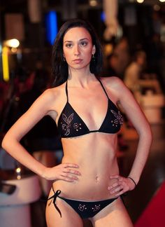 Bikini Negro, decorado a mano con 200 cristales tallados Swarovski®.(Cristal AB). Parte superior tipo cortina. Cierres lazo. MADE WITH SWAROVSKI® ELEMENTS
