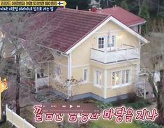 Kotimme etelä-korealaisissa olohuoneissa Mansions, House Styles, Home Decor, Decoration Home, Manor Houses, Room Decor, Villas, Mansion, Home Interior Design