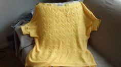 Blusa ombro a ombro, cor amarela, em tricô e acabamento em crochê