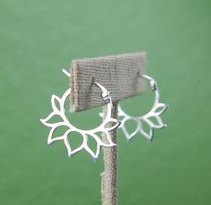 Lotus-Blütenblatt-Creolen in Sterlingsilber von jersey608jewelry