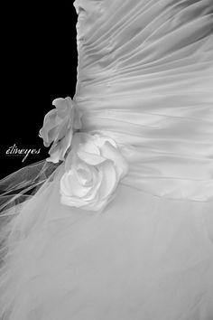 ..ROBE DE MARIÉE..  Mariage à Bézier (France), octobre 2013.  Suivez moi sur ma page facebook : https://www.facebook.com/elineyesphotographie/ Et sur Instagram : @elineyes.photographie   #elineyesphotographie #mariage #robedemariée