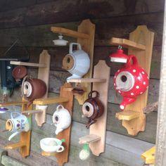 Vogel / Futterhaus Teekanne - All For Backyard Ideas Bird House Feeder, Diy Bird Feeder, Decorative Bird Houses, Bird Houses Diy, Homemade Bird Houses, Garden Crafts, Garden Projects, Teapot Birdhouse, Bird House Plans