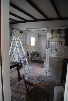 We hebben nog een gedeelte van een (dragende) muur weggehaald. Een stukje van de huidige bijkeuken komt bij de keuken. De plek waar nu het oude gasfornuis staat wordt nog een muur neergezet. [06-04-2013]