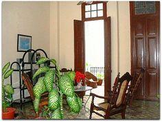 Acceso al patio interior y pasillo. Patio Interior, Ladder Decor, Colonial, Home Decor, Home, Havana, Decoration Home, Room Decor, Home Interior Design