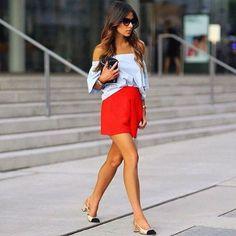 Que tal colocar algum item vermelho no look dessa semana? essa cor é feminina, sexy e valoriza qualquer produção. Aposte já! Os shorts podem ser substituídos por calças ou saias, nesse look. Use com sapatos nudes ou bicolores, que vão continuar nos pés das fashionistas esse ano. Aqui tem modelo no estilo da foto - http://buyerandbrand.com.br/mododeusarmoda/?bi=2i3JkXt