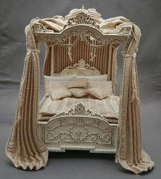Opulent miniature canopy bed Z Miniature Dollhouse Furniture, Vintage Dollhouse, Miniature Rooms, Miniature Houses, Dollhouse Miniatures, Victorian Dollhouse, My Doll House, Barbie House, Victorian Canopy Beds