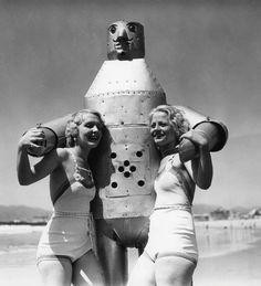 maudelynn: Two California Beauties take Mac the Robot for a swim on Venice Beach c.1935 via cyberneticzoo.com ❤️.❤️