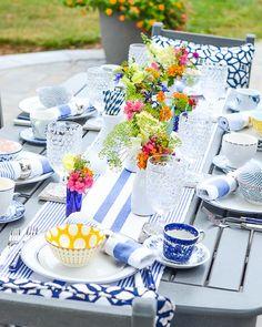 """781 curtidas, 16 comentários - @recebercomcharme no Instagram: """"Almoço no jardim... Como base o azul e branco, mas pequenos toques de outras cores para imprimir…"""""""