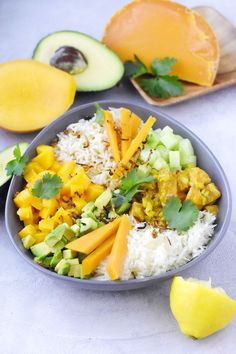 Poke bowl au saumon Poke Bowl, Cobb Salad, Cantaloupe, Bowls, Fruit, Nice, Healthy, Inspiration, Food