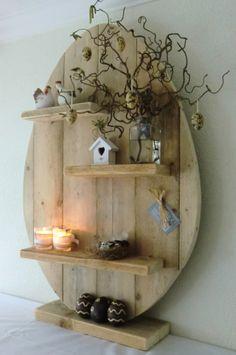 Oeuf réalisé avec vieilles planches de bois patiné, en y ajoutant 2-3 étagères afin d'y déposer de la déco ;-)