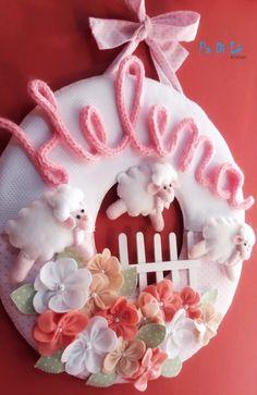 Guirlanda personalizada em tecido e feltro toda feito a mão.  Decora a porta da maternidade indo depois para decoração do quarto do bebê.    Pode ser feita em outras cores.    Consulte Padilê Atelier!!
