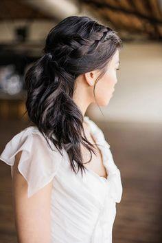 (Foto 19 de 27) Trenza lateral comenzando desde la parte superior del cabello y dejando el resto de melena suelta y con ondas, Galeria de fotos de Las 5 tendencias en peinados de fiesta y novia que tienes que conocer