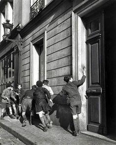 by Robert Doisneau, The Ring, 1934] moi aussi j'ai fait ça en rentrant de l'école sans les 80's