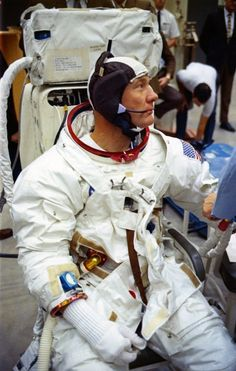 Space Frontier Edwin 'Buzz' Aldrin suited up for a simulation at the MSC in Texas on April Moon Missions, Apollo Missions, Programa Apollo, Nasa Clothes, Apollo Space Program, Apollo 11 Mission, Buzz Aldrin, Nasa Astronauts, Space Race