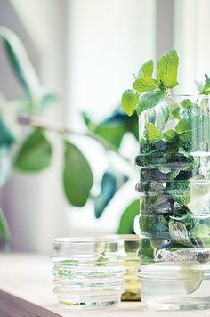Design verde in casa: dall'arredo al terrazzo tutto sull'uso del green. Green Table, Classic House, Soft Classic, Marimekko, Beautiful Kitchens, Interior Accessories, Terrazzo, Home Collections, Ideal Home