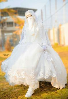 Find images and videos about bride and نَقًابُ on We Heart It - the app to get lost in what you love. Muslimah Wedding Dress, Wedding Abaya, Muslim Wedding Dresses, Muslim Brides, Indian Gowns Dresses, Elegant Wedding Dress, Muslim Dress, Bridal Dresses, Bridal Hijab