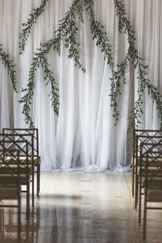Modern + simple wedding ceremony decor - draped fabric with hanging greenery {epaga FOTO} #WeddingIdeasGreen