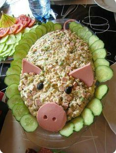 Little pig Spicy party buffet salad. A pink pig There is a new food wagon Party Trays, Snacks Für Party, Cute Food, Good Food, Yummy Food, Awesome Food, Delicious Fruit, Aperitivos Finger Food, Pig Roast