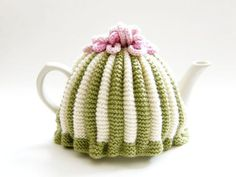 Make a traditional pleated tea cosy with this free knitting pattern. This Tea cosy free knitting pattern will introduce you to the knitting basics and more! Tea Cosy Knitting Pattern, Tea Cosy Pattern, Easy Knitting Patterns, Free Pattern, Circular Knitting Needles, Double Knitting, Loom Knitting, Free Knitting, Knitting Basics