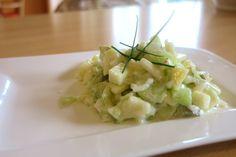 Da fliegen Dir die Vitamine nur so um die Ohren! Saftige Gurke und knackiger Apfel - ein Low Carb Salat passend zum Grillen.