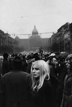 Marc Riboud, Prague, 1972 What Monday thru Friday feels like Marc Riboud, Vintage Photography, Street Photography, Portrait Photography, Black White Photos, Black And White Photography, Old Photos, Vintage Photos, Foto Portrait