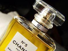 Chanel nº5 para mulheres elegantes, formal e sedutora. As notas são de sândalo, vetiver, jasmin.