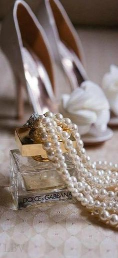 Laying out shoes and pearls and don't forget the perfume! Just Girly Things, Ode An Die Freude, Do It Yourself Fashion, Pearl And Lace, Fashion Essentials, Style Essentials, Coco Chanel, Mauve, Pearl Necklace