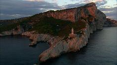 Capri - Italie. Le Mont Solaro est célèbre pour sa vue magnifique, sa végétation luxuriante et son fort. Depuis la cime du Mont Solar, qui s'élève à 589 mètres, vous pourrez apercevoir en contrebas la commune de Capri et au large, les îles voisines d'Ischia et Procida.