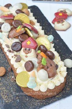 Help de bakpiet een handje door dit jaar zelf taart te bakken. Wat dacht je van deze Sloffentaart van Sinterklaas! Een sloffenbodem met amandelspijs, witte chocoladeroom en lekker veel snoepgoed!