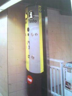Estructura publicitaría en chapa para el Metro de Barcelona, ya instalada.