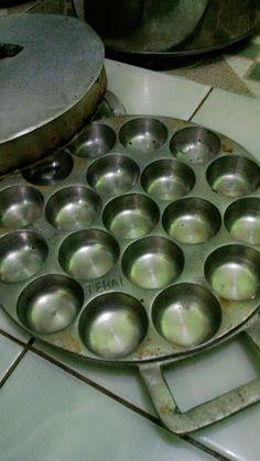siska cake: Kue Bawang aka Lumpur Asin Indonesian Desserts, Indonesian Cuisine, Asian Desserts, Asian Recipes, Indonesian Recipes, Cake Cookies, Food And Drink, Snacks, Muffin