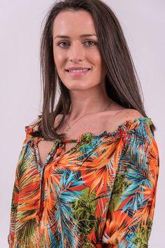 Bluză din material cu imprimeu tropical, decolteu caftan și șnur simplu. Este acccesorizată în zona decolteului cu inserție elastică oferind posibilitatea de a purta bluza și pe umeri. Mâneci lungi cu manșete accesorizate cu inserție elastică. Terminație simetrică.