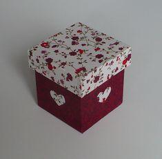 Caixinha em mdf revestida com tecido 100% algodão e acabamento interno em e.v.a. Ideal para lembrancinhas de fim de ano, aniversário, casamento, 15 anos, etc.