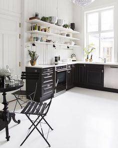 GOD MORGEN☕️ Lekre kontraster på kjøkkenet til Ragne ∼ hele leiligheten til @inkognito_interior ser du i det nye bladet! Styling: @tonekrok Foto: @wilhelmsenyvonne