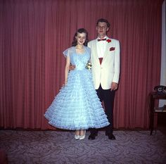 Glamorous Photos That Defined Prom Dresses Through the Years of the ~ vintage everyday Vintage Prom, Vintage Glamour, Vintage Dresses, 1950s Prom Dress, Prom Dresses, Formal Dresses, 1950s Dresses, Fifties Fashion, Fifties Style