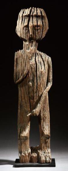 SCULPTURE en bois raviné d'un personnage masculin en pied se tenant le menton d'une main et le sexe de l'autre dans une attitude ostentatoire de virilité. Belle cambrure du dos. Populations Sakalava. Madagascar. H_71 cm Provenance: Serge Schoffel.