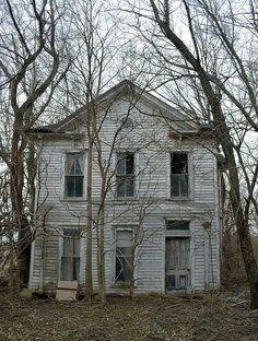 Take me to the Bates @ the bates house - Abandoned mansions Abandoned Property, Old Abandoned Houses, Abandoned Buildings, Abandoned Places, Abandoned Castles, Spooky Places, Haunted Places, Old Mansions, Abandoned Mansions