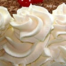 EASY Homemade Whipped Cream Frosting *(GOOD)* 1 ounce) package reduced-fat cream cheese, softened ½ cup white sugar 1 teaspoon vanilla extract ½ teaspoon almond extract 2 cups of heavy cream Do It Yourself Food, Cake Recipes, Dessert Recipes, Icing Recipes, Yummy Recipes, Quick Recipes, Homemade Whipped Cream, Icing Frosting, Whipped Frosting