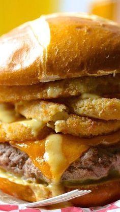 foodie fridays: juicy ball park burger with onion rings & mustard beer sauce - Climbing Grier Mountain Gourmet Burgers, Burger Recipes, Veggie Burgers, I Love Food, Good Food, Yummy Food, Burgers And More, Simply Burgers, Good Burger