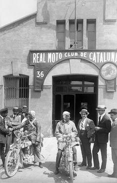Cursa Barcelona-Madrid. Fotografia presa davant el Reial Moto Club de Catalunya, a la cruïlla de Plaça Tetuan amb Gran Via. Barcelona, 1916. Josep Maria Co i de Triola / AFCEC